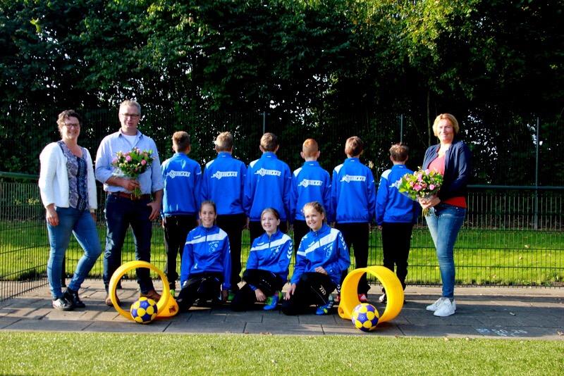 Autobedrijf van Domselaar sponsor C1 trainingspakken