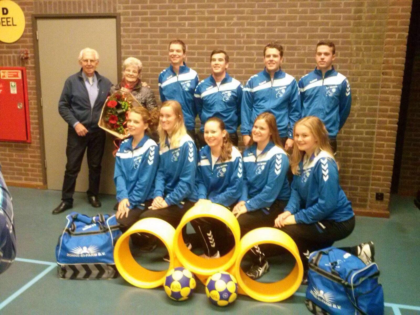A1 ontvangt trainingspakken, shirts en tassen van sponsor Zonne Ei Farm